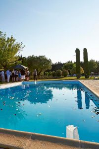 Wedding in Provence around the swimming pool